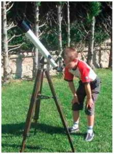 Antoine, 7 ans Observant le dernier quartier de Lune en matinée  dans une lunette azimutale 60/700 (avec un filtre rouge vissé sur l'oculaire pour augmenter les contrastes).